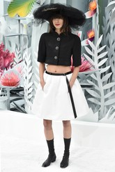 Lagerfeld tak cuma menghadirkan warna cerah, ia juga membuat busana dengan warna monokrom, hitam-putih. Agar lebih modern, ia membuatnya dengan model crop top.