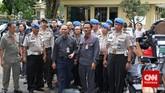 Meski menyambut dengan senyuman kepada para pewarta yang telah menanti kedatangannya, Bambang enggan berbicara ataupun menjawab pertanyaan apapun, Selasa (3/2). (CNN Indoneisa/Adhi Wicaksono)