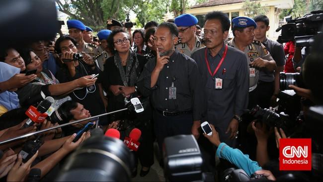 Meski Bambang enggan berbicara, Nursyahbani membeberkan bahwa surat pemanggilan yang dilayangkan kepada kliennya, pada Selasa (3/2) terbilang cacat hukum. (CNN Indonesia/Adhi Wicaksono)