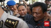 Dihimpit oleh belasan petugas, Bambang menghadiri pemanggilan hari ini dengan membawa 20 kuasa hukum, Selasa (2.2). (CNN Indonesia/Adhi Wickasono)
