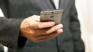 Cara Tepat Bersihkan <i>Smartphone</i> 'Sarang Kuman'