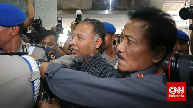 Meski spekulasi yang beredar sempat menyatakan bahwa pemeriksaan ini akan dilanjutkan dengan penahanan, namun Bambang sempat menyebut bahwa dirinya akan kembali ke KPK, Selasa(2.2). (CNN Indoensia/Adho Wicaksono)