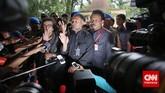 Bambang meminta pewarta untuk mendengarkan penjelasaan dari kuasa hukumnnya, Selasa 3/2). (CNN Indonesia/Adhi Wicaksono)