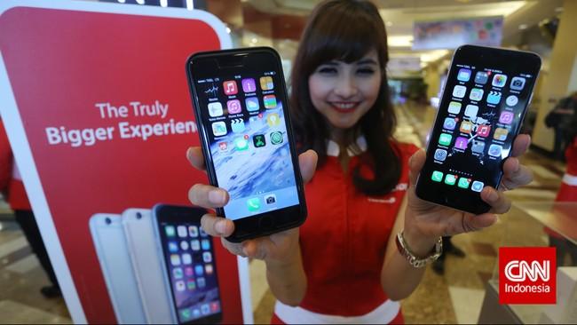 Model menunjukan Apple iPhone 6 dan iPhone 6 Plus, saat peluncuran produk tersebut ke pasar Indonesia, Jakarta, Jumat, 6 Februari 2015. CNN Indonesia/Adhi Wicaksono.