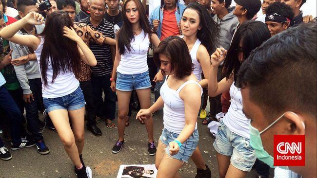 Frustrasi Kalah Jumlah, Demonstran di KPK Boyong Sexy Dancer