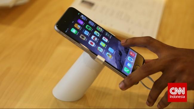 Penunjung memperhatikan Apple iPhone 6 dan iPhone 6 Plus, saat peluncuran produk tersebut ke pasar Indonesia, Jakarta, Jumat, 6 Februari 2015. CNN Indonesia/Adhi Wicaksono.