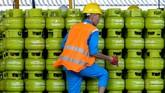 Pekerja menata tabung gas untuk pengisian gas elpiji di Stasiun Pengisian Bahan Bakar Elpiji, Pertamina Marketing Operation Region (MOR) VII, Makassar, Sulawesi Selatan, Jumat (6/2). (ANTARA Foto/Sahrul Manda Tikupadang)