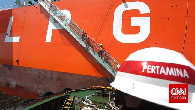 Petugas bersiap merapatkan kapal Tugboat menuju kapal VLGC Pertamina Gas 2, saat bersandar di perairan Tanjung Priok, Jakarta, Sabtu (7/2). (CNN Indonesia/Adhi Wicaksono).