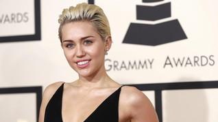 Busana Miley Cyrus Disebut seperti Sampah