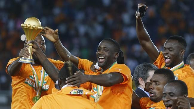 Kapten timnas Pantai Gading Yaya Toure (tengah) merayakan keberhasilan negaranya menjuarai Piala Afrika setelah mengalahkan Ghana di partai final pada 8 Februari 2015. (REUTERS/Amr Abdallah Dals)