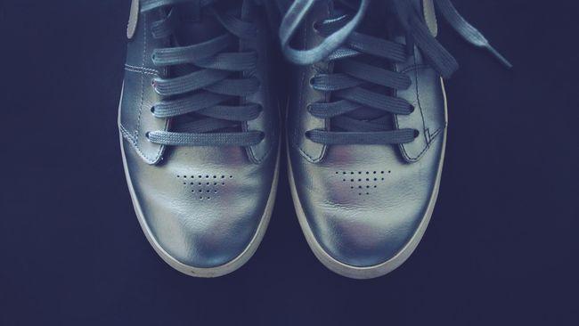 7 Cara Membersihkan dan Merawat Sepatu di Musim Hujan