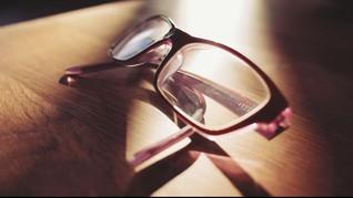 Perempuan Jepang Protes Larangan Pakai Kacamata Saat Kerja