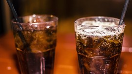 5 Bahaya 'Keseringan' Minum Soda