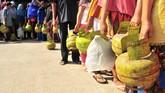 Ratusan warga antre membeli bahan bakar gas elpiji subsidi ukuran 3 kilo di salah satu SPBU, Kampung Mulia, Banda Aceh, Kamis (12/2). (Antara Foto/Ampelsa)