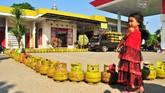 Jejeran tabung saat ratusan warga antre membeli bahan bakar gas elpiji subsidi ukuran 3 kilo di salah satu SPBU, Kampung Mulia, Banda Aceh, Kamis (12/2).(Antara Foto/Ampelsa)