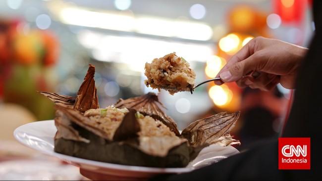 Nuomi Fan dibuat dari beras ketan dengan tekstur yang lengket dan rasa yang gurih. Dibuat dari ketan yang dikukus dengan pembungkus daun teratai.