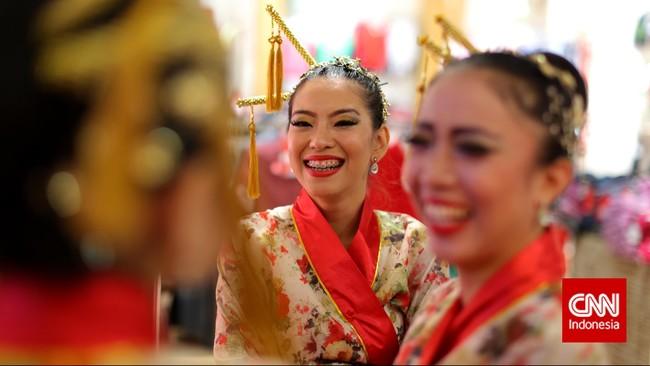 Penari bersiap melakukan tarian tradisional Tionghoa, di salah satu pusat perbelanjaan, Jakarta, sebagai bagian dari acara Makan Siang Tradisi Imlek.