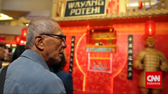 Warga menyaksikan pertunjukan tradisional Tionghoa Wayang Potehi, di salah satu pusat perbelanjaan, Jakarta. Sebagai bagian dari acara Makan Siang Tradisi Imlek.