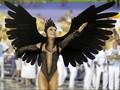 Penari Seksi dan Kostum Bulu di Karnaval Sambadrome Brasil
