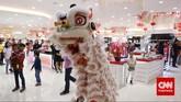 Atraksi barongsai yang diadakan salah satu pusat perbelanjaan dalam rangka perayaan tahun baru Imlek, Jakarta, Kamis (19/2). Warga keturunan Tionghoa merayakan Tahun Baru Imlek 2566. (CNN Indonesia/Adhi Wicaksono)