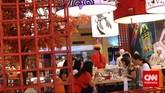 Sejumlah warga berkumpul dan makan bersama dalam rangka liburan tahun baru Imlek, Jakarta, Kamis (19/2). Warga keturunan Tionghoa merayakan Tahun Baru Imlek 2566. (CNN Indonesia/Adhi Wicaksono)