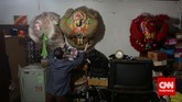 Warga keturunan Tionghoamengecek koleksi barongsai di kawasan Benteng, Tanggerang, Banteng, Kamis (19/2). Warga keturunan Tionghoa merayakan Tahun Baru Imlek 2566. (CNN Indonesia/Adhi Wicaksono)