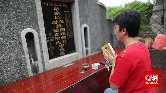 Warga melakukan ziarah kubur atau dikenal dengan istilah maybong, di Pemakaman Rawa Kucing, Tanggerang, Banten, Kamis (19/2). (CNN Indonesia/Adhi Wicaksono)