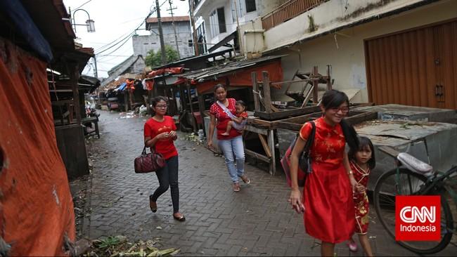 Warga keturunan Tionghoa mengunjungi kerabat tertua di kawasan Pasar Lama, Tanggerang, Banteng, Kamis (19/2). Warga keturunan Tionghoa merayakan Tahun Baru Imlek 2566. (CNN Indonesia/Adhi Wicaksono)