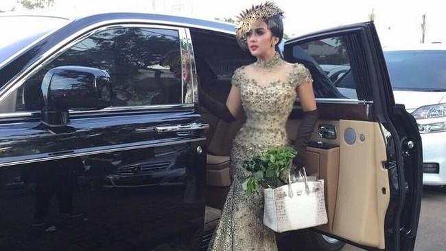 Syahrini memang memiliki gaya yang feminin. Selain memakai 'ballgown' namun dia juga sering memakai gaun body contour. (Dok. Instagram/princesssyahrini)