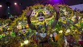 Anggota dari Bacolod City MassKara Filipina meriahkan Parade International Chinese New Year di Hong Kong, 19 Februari 2015. (REUTERS/Tyrone Siu)