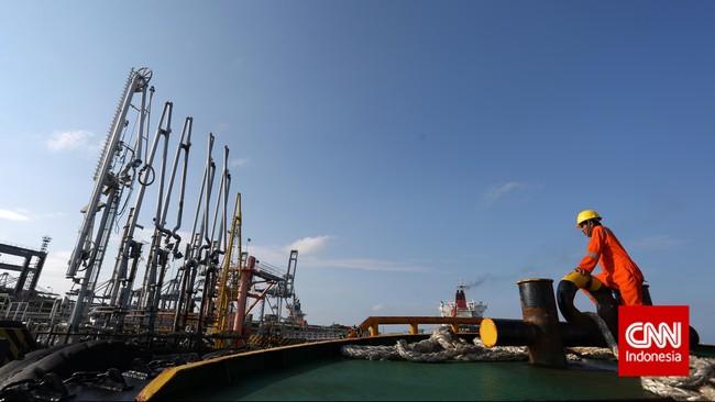 Petugas bersiap menyandarkan kapal, di depot elpiji Pertamina, Tanjung Priok, Jakarta, Sabtu (21/2). (CNN Indonesia/Adhi Wicaksono).