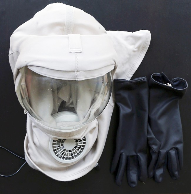 Thomas dan Vincent telah menguji masker pelindung baru pada tahun lalu yang transparan dan berventilasi dan dikembangkan oleh beberapa rumah sakit di Perancis. (REUTERS/Regis Duvignau)