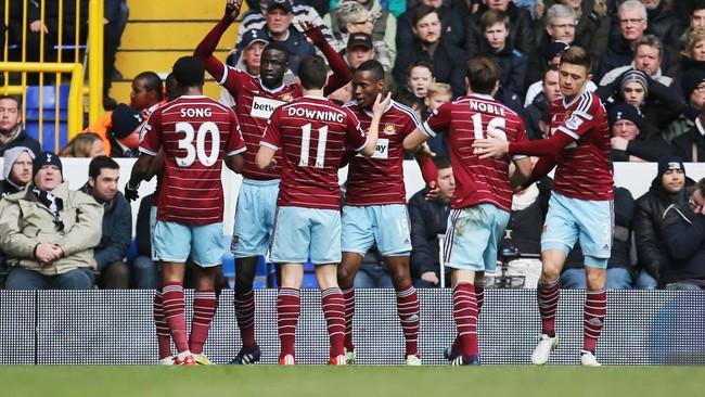 Para pemain West Ham pun merayakan gol tersebut dengan riang gembira. Di kandang lawan mereka mampu unggul lebih dahulu. (Reuters/Paul Childs)