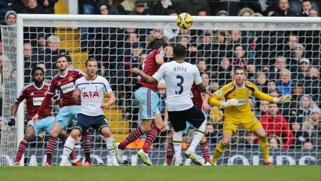 Di menit ke-80, The Lilywhites memperkecil ketinggalan lewat gol Danny Rose dari kotak penalti. Sempat membentur lawan, bola melengkung indah ke gawang Adriano. (Reuters/Paul Childs)