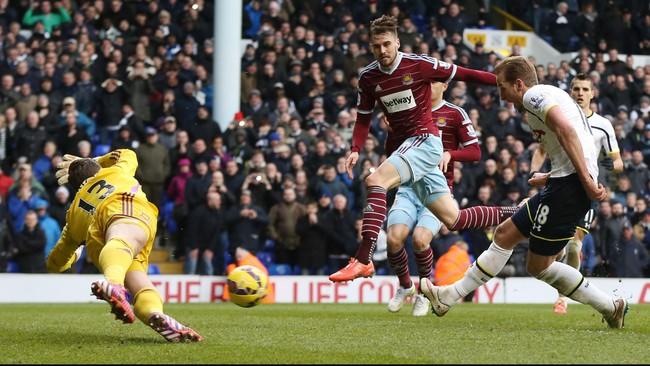 Terus memburu gol, Spurs mendapatkan penalti di menit ke-93. Harry Kane yang mengeksekusinya sempat gagal, namun dengan cepat ia menyambar bola muntah. (Reuters/Matthew Childs)