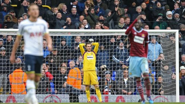 Penjaga gawang West Ham United itu pun hanya bisa meratapi gawangnya yang dijebol oleh Rose. (Reuters/Paul Childs)