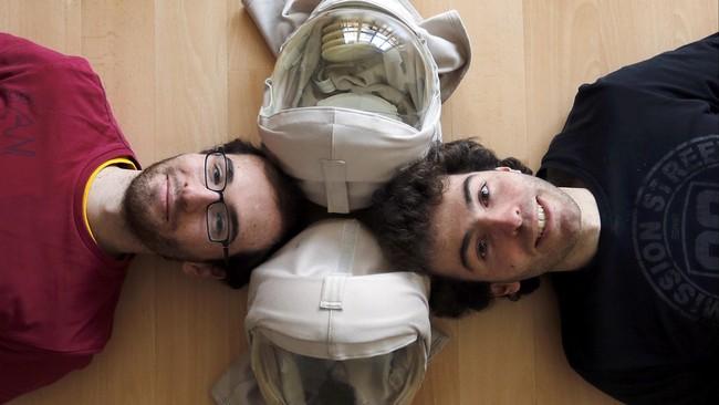 Saudara kembar Thomas dan Vincent Seris (kiri) lahir dengan Xeroderma Pigmentosum (XP) yang membuat mereka tak bisa terkena sinar matahari dan ultraviolet. (REUTERS/Regis Duvignau)