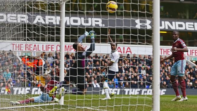Belum sempat Spurs membalas, The Hammers sudah unggul lagi. Kali ini melalui gol cantik Diafra Sakho dari sudut sempit. (Reuters/Eddie Keogh)