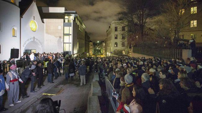 Muslim Oslo Lindungi Sinagoga Yahudi