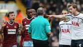 Ketinggalan dua gol membuat tensi para pemain Spurs memanas. Jan Vertonghen pun mengeluarkan urat ketika bertengkar dengan wasit. (Reuters/Paul Childs)