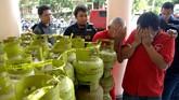 Sejumlah anggota Satresmob menunjukkan tersangka dan barang bukti berupa tabung LPG ketika ungkap kasus di Mapolrestabes Surabaya, Jawa Timur, Minggu (22/2). Antara Foto/M Risyal Hidayat)