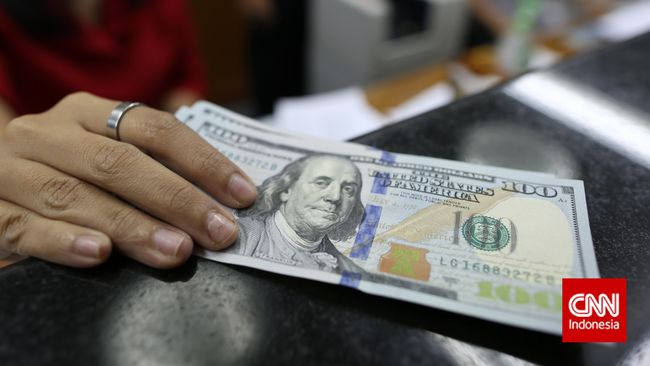Dolar Perkasa, Masyarakat Mulai Ambil Untung ke Money Changer