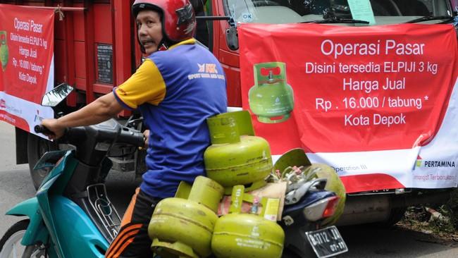 Warga membeli gas Elpiji 3 Kg saat Operasi Pasar di Pangkalan Gas Muhajir, Sukmajaya, Depok, Jawa Barat, Kamis (26/2).(Antara Foto/Indrianto Eko Suwarso)