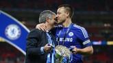 Jose Mourinho berpelukan dengan John Terry usai memenangkan Piala Liga pada 1 Maret 2015. Selain Piala Liga, Mourinho pun membawa Chelsea juara Liga Inggris musim 2014/15. Namun, di musim 2015/16 ini ia menjadi pesakitan dan didepak dari Chelsea. (Reuters / Matthew Childs)