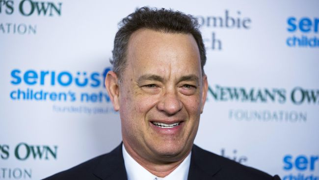 Tom Hanks Mendadak Jadi Pelayan di Golden Globes 2018