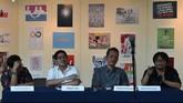 Ki-ka: Direktur PKJTIM Bambang Subekti, Ketua Pengurus Koalisi Seni Indonesia Abdul Aziz, Ketua Umum Dewan Kesenian Jakarta Irawan Karseno, dan Direktur Kreatif Pabrikurtur Hikmat Darmawan, saat konferensi pers Seni Lawan Korupsi di TIM (5/3). (ANTARA FOTO/Hafidz Mubarak A./Rei/mes/15)