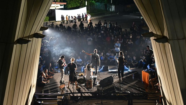 Begitu kelompok Marjinal naik ke atas panggung di selasar TIM, sontak kerumunan penonton membeludak. Mereka antara lain menyanyikan lagu Rencong Maroncong, Negri Ngeri, Marsinah, Boikot, dan Koruptor. (CNNIndonesia Rights Free/Feri Latief)