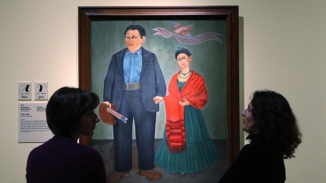 Frida Kahlo dan Diego Rivera, menikah pada 1929. Kebersamaan diabadikan Frida dalam sebuah lukisan yang dipamerkan di Detroit Institute of Arts (DIA), Michigan, AS, pada 15 Maret-12 Juli 2015. (REUTERS/Rebecca Cook)