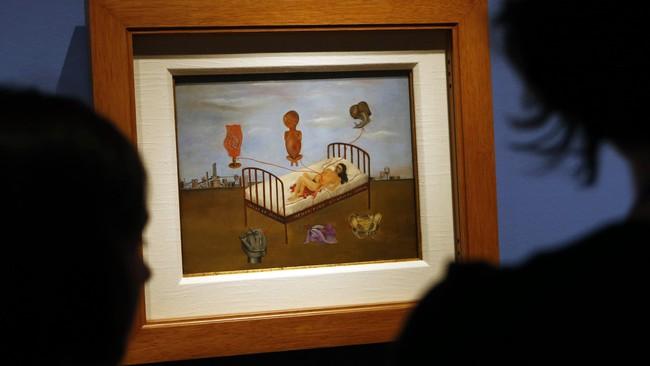 Lukisan cat minyak berjudul Henry Ford Hospital ini dibuat Frida Kahlo di atas keping baja, bukan kanvas. Karya Frida dan Diego Rivera dipamerkan di Detroit Institute of Arts pada 15 Maret-12 Juli 2015. (REUTERS/Rebecca Cook)