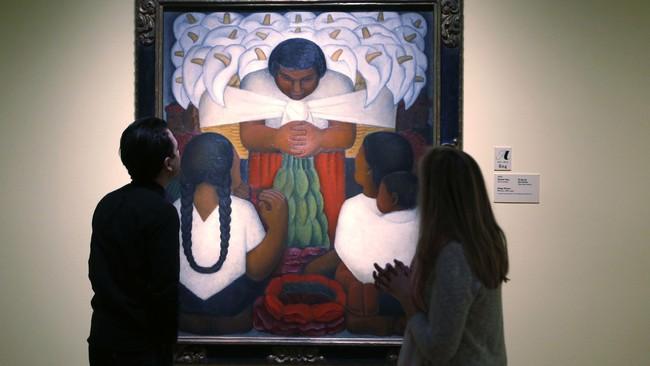 Bukan hanya Frida Kahlo saja yang gemar melukis potret. Sang suami, Diego Rivera, juga. Salah satunya lukisan Flower Day dipamerkan di Detroit Institute of Arts, Michiga, pada 15 Maret-12 Juli 2015. (REUTERS/Rebecca Cook)